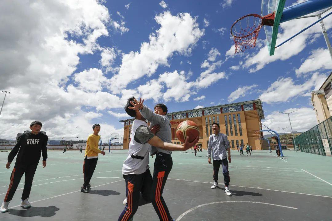 学生在体育课上打篮球赛 沈伯韩 摄