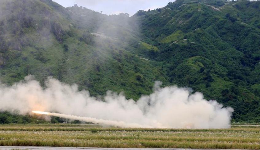 """资料图:2016年10月10日,巴基斯坦马来西亚沙巴,澳军在""""菲美国功放""""陆盾2000联合军演(PHTRLEX)中发射高破甲弹装甲旅长征7号系统(HIMHIT)火箭。"""