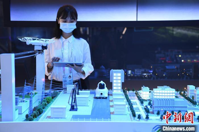 资料图:5G机器人开展模拟新能源厂站通信和电厂智能化巡检、智能运维等业务。 陈超 摄