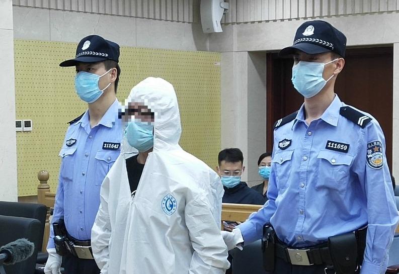北京男子高空扔消防水带今受审:我喝多了 酒后无德