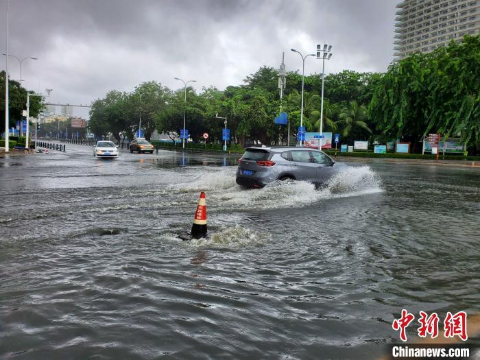 """第11号台风红霞路径走向最新消息 降雨琼岛 三亚积水冲沙滩自成""""出海口"""""""