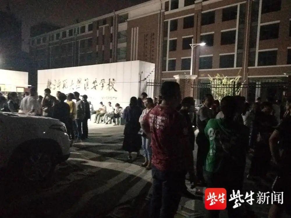 部分學生家長連夜蹲守在學校門口等待與校方對話
