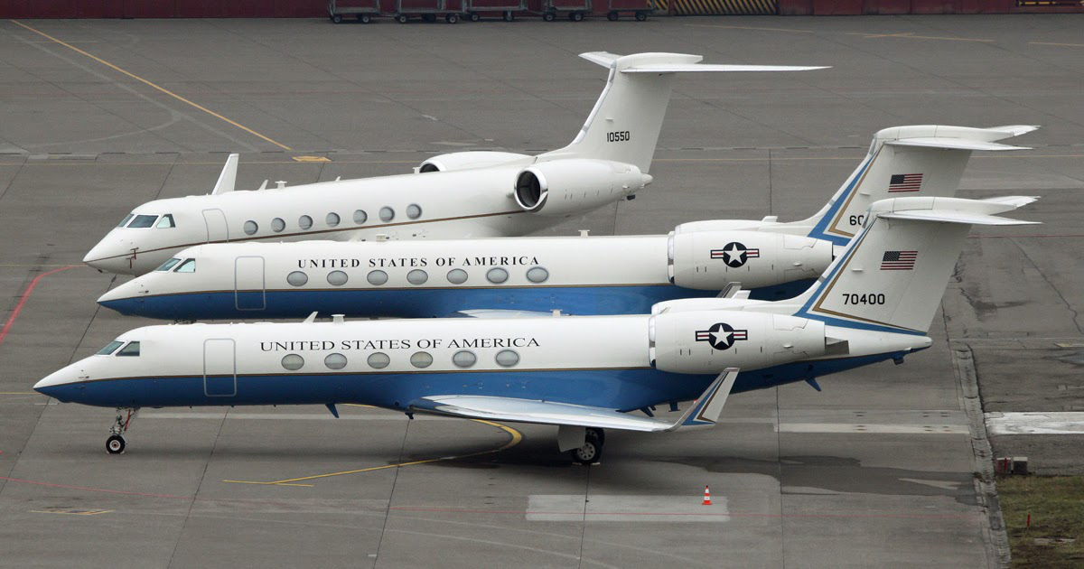 """美国政府专机队里有类似的飞机,前为""""湾流V""""(军用型号C-37A),中为""""湾流550""""(军用型号C-37B),但美国敢派副国务卿到访台湾,不敢把蓝白涂装和美国国旗降落在台湾"""