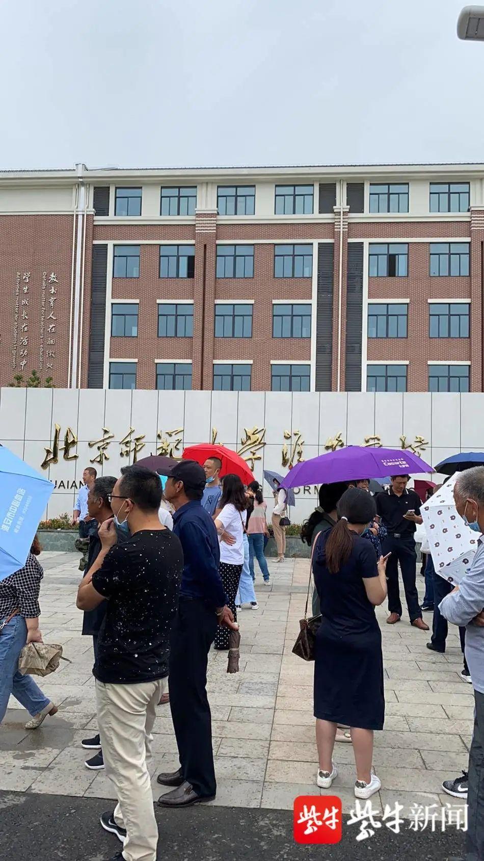 部分學生家長聚集在學校門口等待相關部門說法