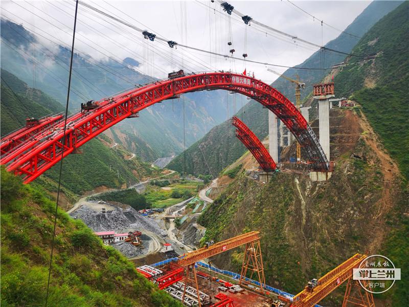 """233米高空,武九高速公路尖山沟特大桥主拱圈完美""""牵手"""""""