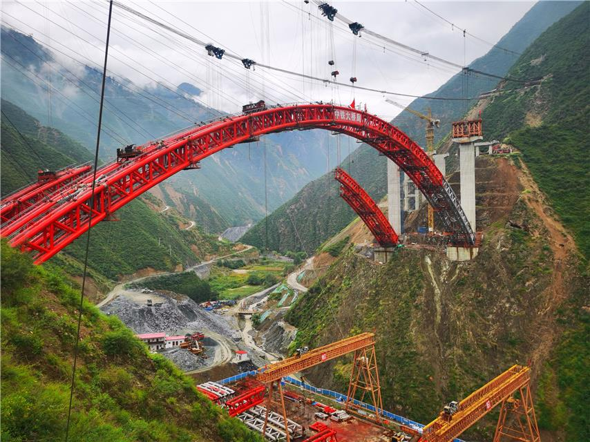 <strong>五九高速公路尖山沟大桥主拱圈在233米高</strong>