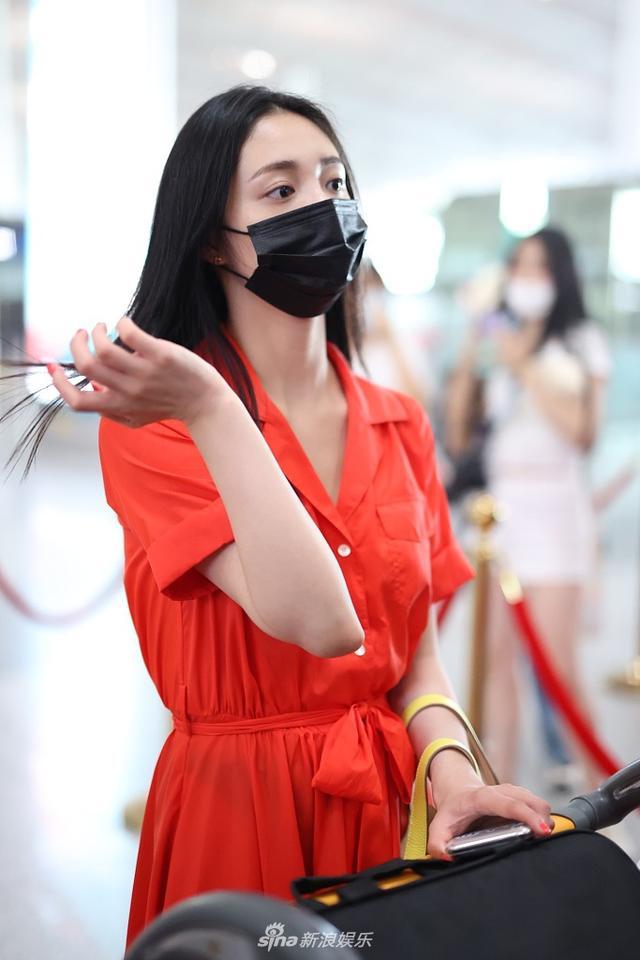 周洁琼红裙似火更衬皮肤白皙 黑发飘飘造型唯美动人