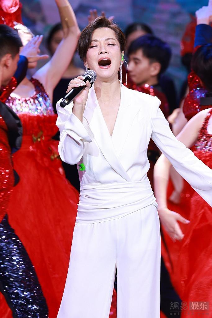 57岁毛阿敏登台献唱 短发搭白色西装很干练