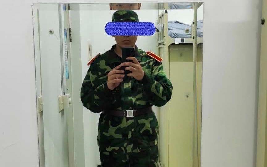 王某入学穿军训服的照片。受访者供图