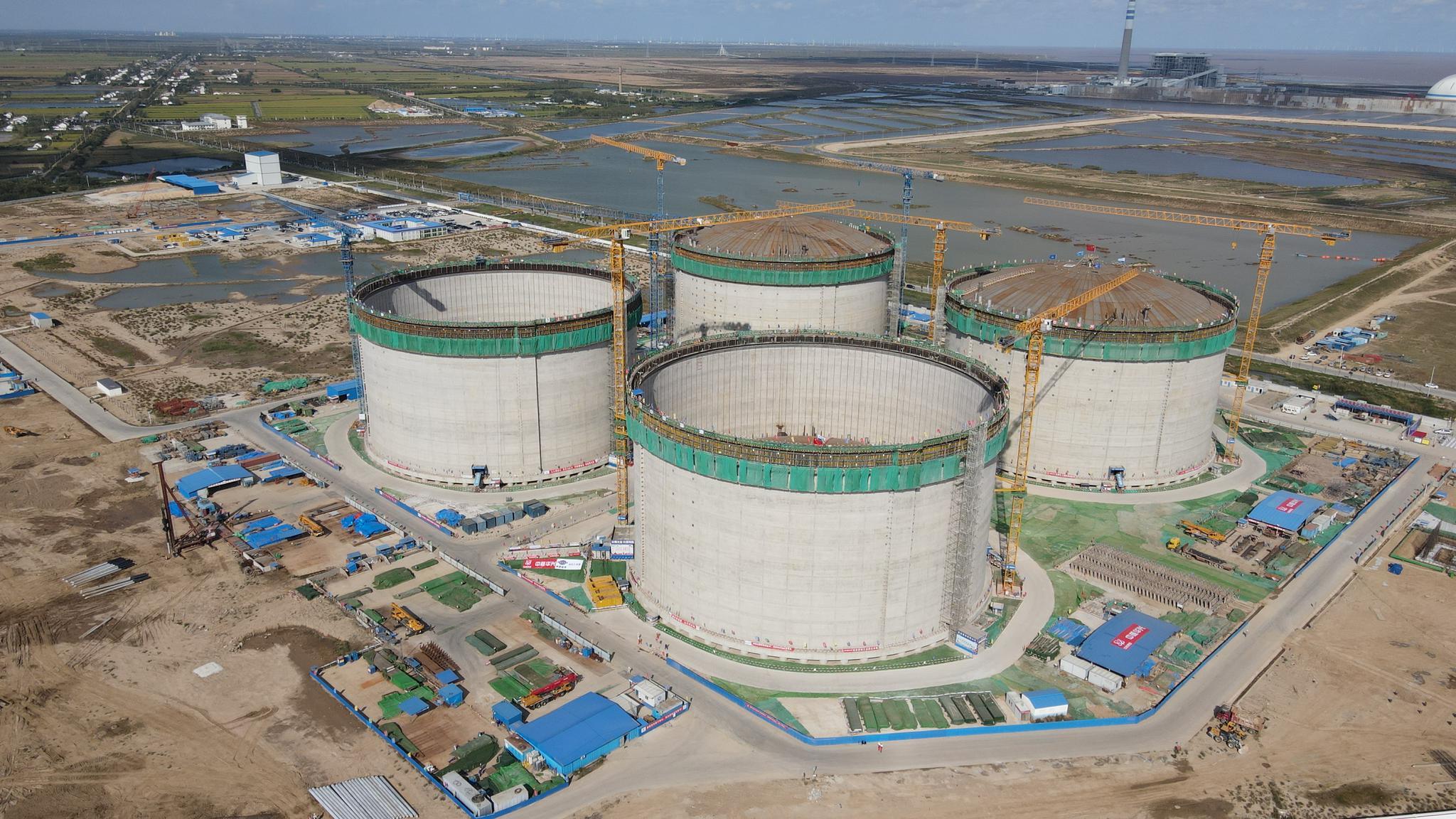 国内最大LNG储罐成功升顶 由中国自主设计、自主建造图片