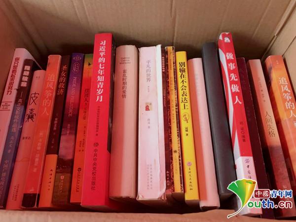 图为军训图书角供同学们阅读的一部分书籍。中国青年网通讯员 郑舒心 供图