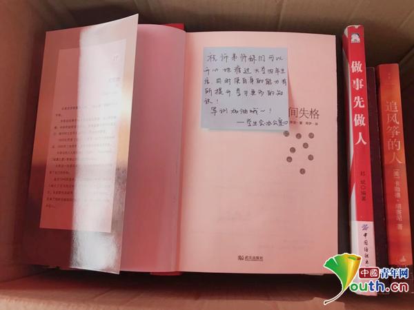 图为附带有便利贴纸条的书籍。中国青年网通讯员 郑舒心 供图