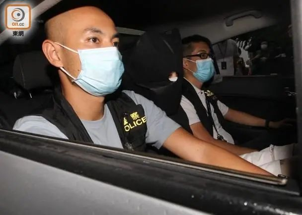 一名19岁被捕夫君被警方押走 图源:香港《东网》