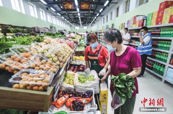 资料图:北京市民在社区便民菜店内挑选蔬菜和水果。中新社记者 贾天勇 摄