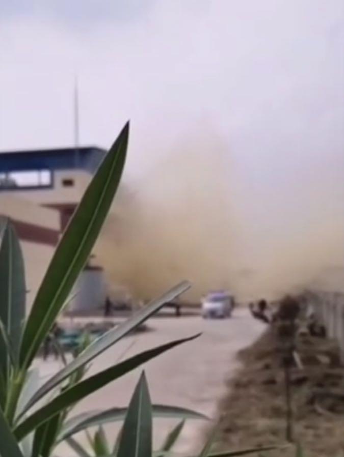 爆炸现场。视频截图