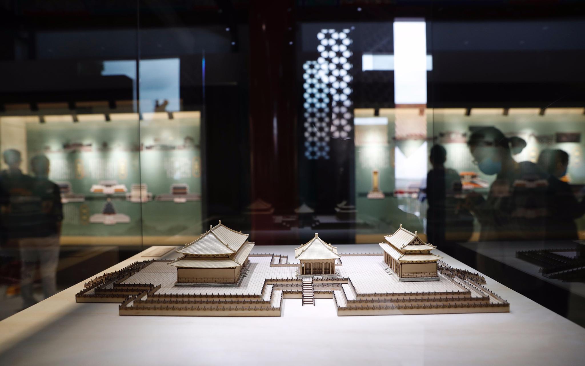 """9月29日,""""紫禁之巅看中轴""""2020北京中轴线特睁开幕,展览展出了故宫三大殿模型。摄影/开心愉悦婷婷五月记者 侯少卿"""