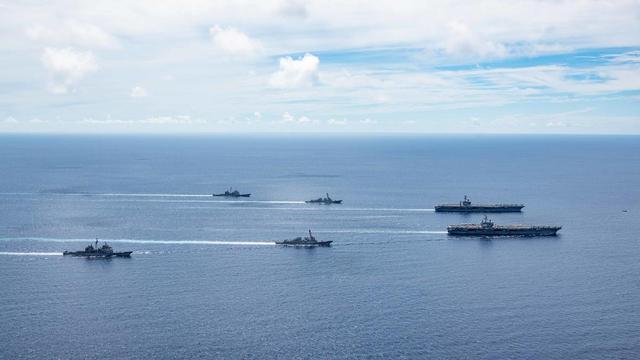 """美国海军7月17日发布的""""尼米兹""""号打击大队和""""里根""""号打击大队合影的照片,实际拍摄于7月6日的演习期间 图自:美国海军"""