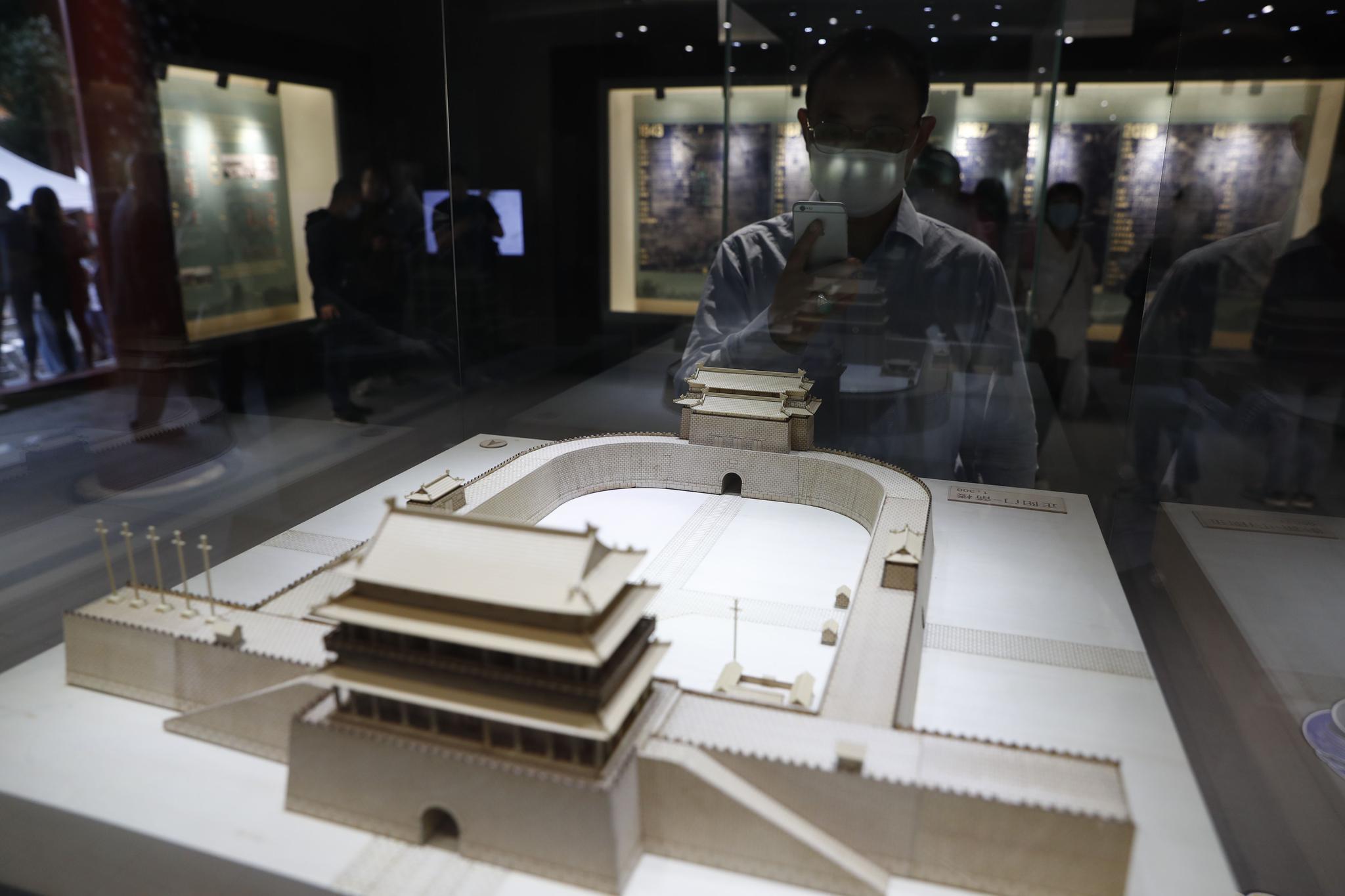 9月29日,2020北京中轴线申遗特展,不都雅多正在拍摄正阳门-箭楼模型。摄影/开心愉悦婷婷五月记者 侯少卿