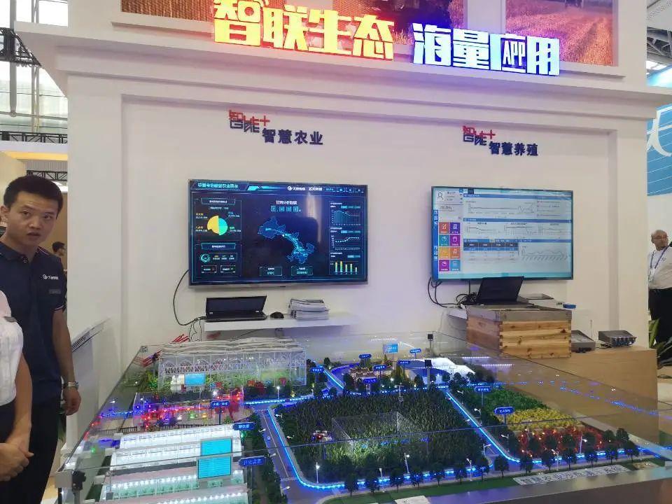 (图为中国电信5G智慧应用展示。叶菁/摄)