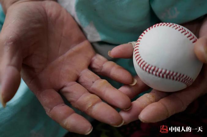 """他因意外高位截瘫,每天在床上""""蛙泳""""十几小时制作棒球贴补家用"""