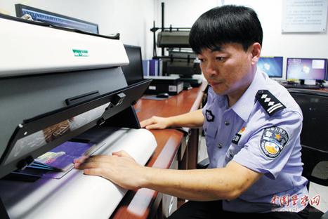 陈海清在鉴定护照真伪。(图:中国警察网)