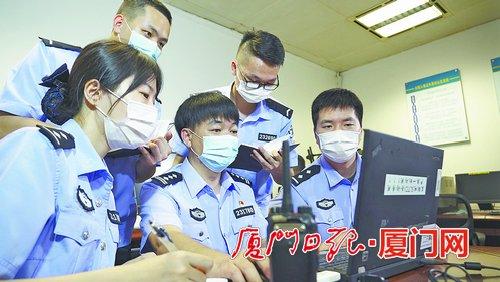 陈海清带领情报核查小组开展数据分析。(图:厦门日报)