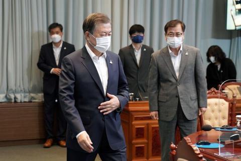 文在寅不戴眼镜参加国务会议(韩联社)