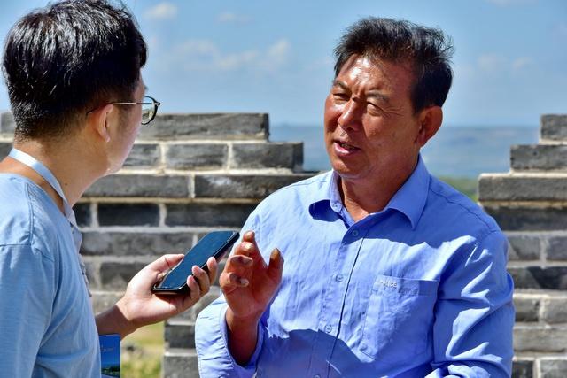9月7日,镇边堡村党支部书记渠启在接受记者采访。摄影/章轲