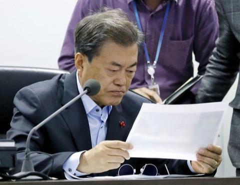 2017年12月,文在寅摘下眼镜阅读报告(青瓦台)