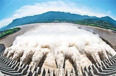 图为8月19日,正开启泄洪深孔泄洪的三峡大坝。郑家裕摄