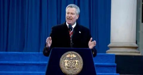 纽约市长跨年夜携妻赴时代广场跳舞,舞步轻盈,被批失职