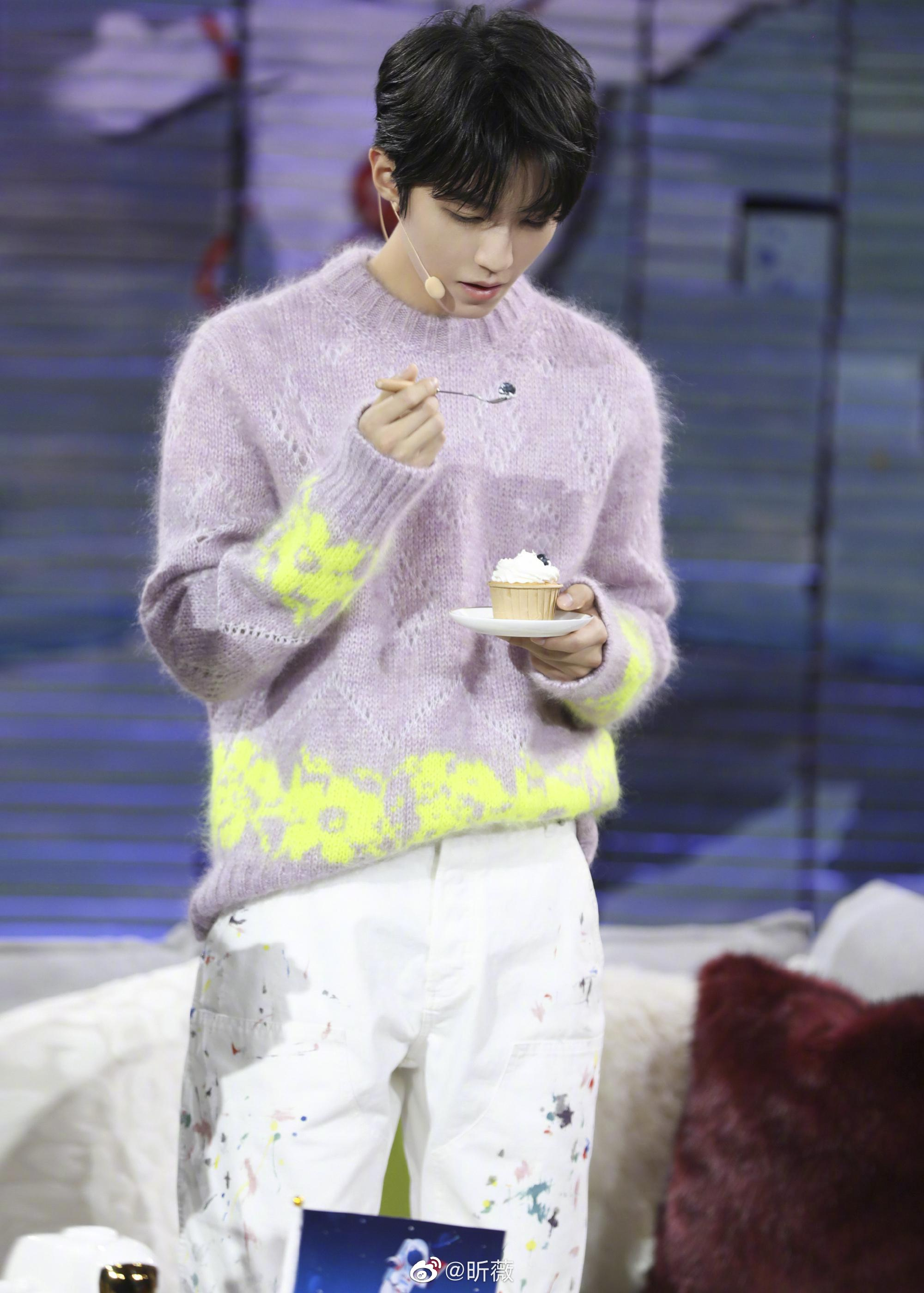 紫色毛衣搭配白色长裤现身,今日是温柔俊俏的翩翩少年