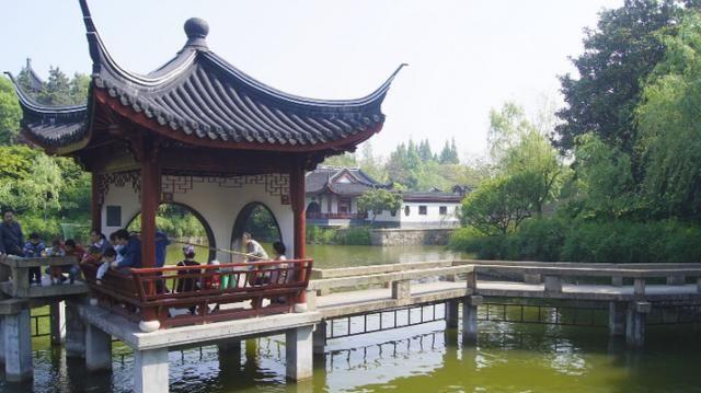 上海有一处公园:名曰古华公园,占地150亩,还是一座五星级公园