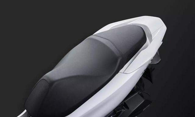 它适合城市通勤,150cc单缸水冷,一箱油400公里,仅2.7万起