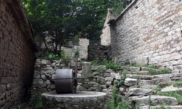 """山东又一古村走红,人称""""石头村"""",城墙上裸石堆砌却屹立不倒"""