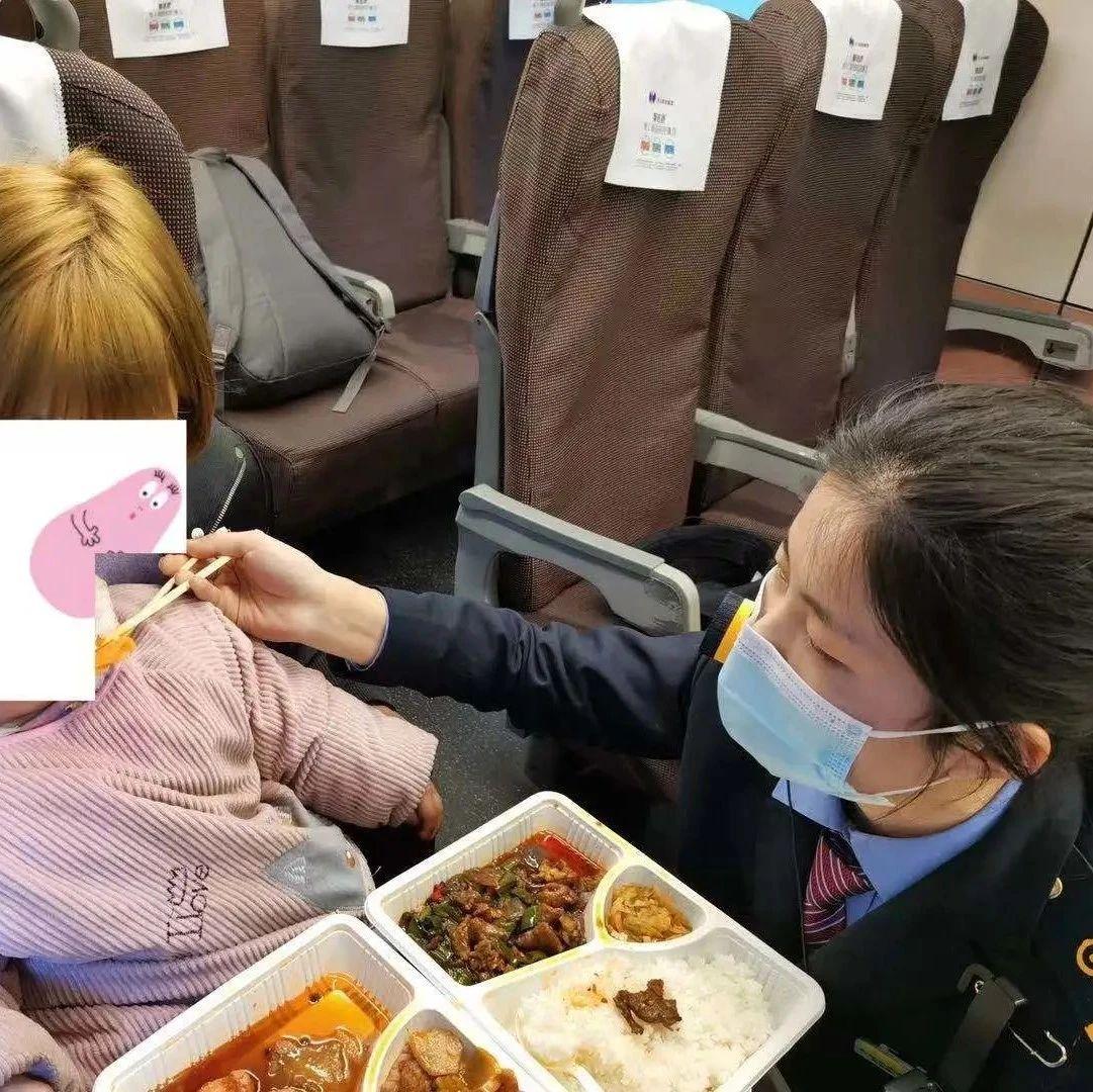 开往武汉的高铁上,列车长蹲在地上给乘客喂饭……