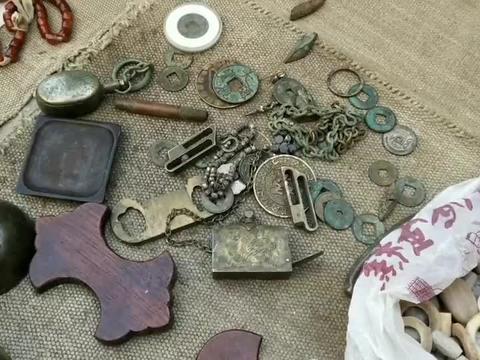 古玩摊发现几把老式铜锁,有一把的钥匙很奇特,是哪个年代的