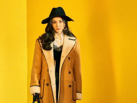 杨幂带有毛绒质感的服装显温柔也显高级 不同发型塑造不同女神风格