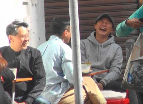 陈奕迅和刘浩龙吃街边档与街坊打成一片 心情大好还大方合影