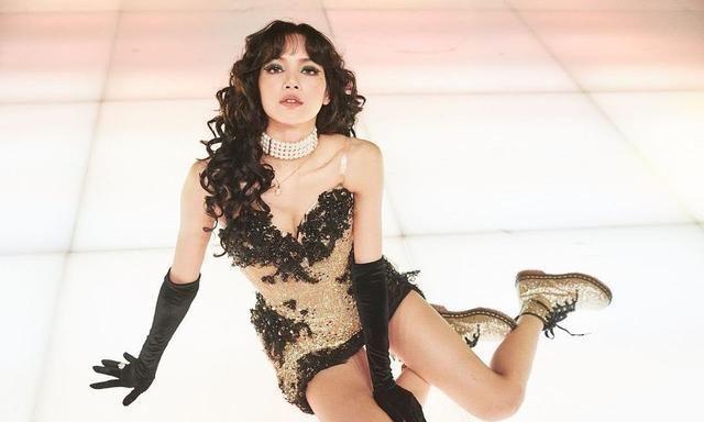 Lisa在INS分享舞台上的性感亮相 长卷发和诱人金色连衣裙几乎无所不能