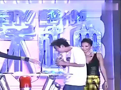 陈冠希当年获得最佳男歌手,致谢词简单粗暴,是他一贯的风格!