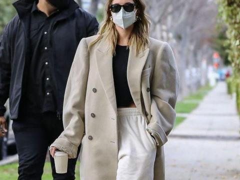 海莉鲍德温穿宽松大衣搭配运动裤,单手插袋很有大牌范,太潇洒