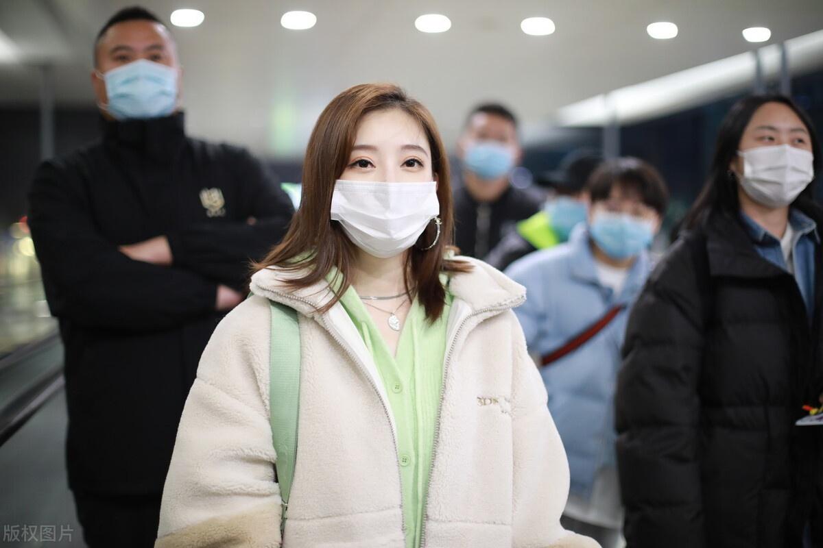 冯提莫穿白色摇粒绒外套现身机场,比V手势可爱卖萌