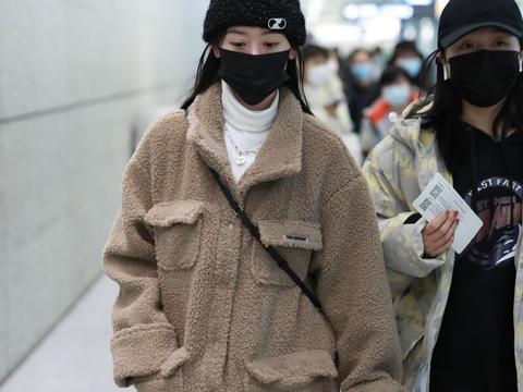 袁冰妍穿驼色摇粒绒外套时髦保暖,双眼灵动惹人喜欢