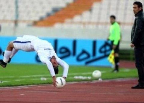 伊朗联赛惊现60米翻跟头界外球 成全场比赛新亮点!