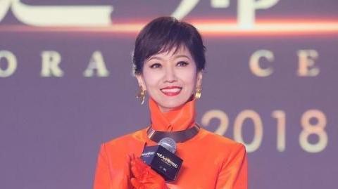 赵雅芝气质开挂,扎马尾辫发型搭配橘色皮质大衣,意外穿出高级感
