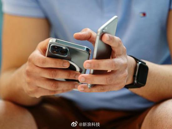 消息称苹果研发iPhone12无线充电电池组 为手机无线充电