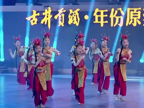韩再芬舞台上献唱《黄梅戏》,太好听了!观众掌声不断