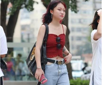 红色吊带衫搭配一条直筒牛仔裤,红色秀发加唇钉凸显迷人气质