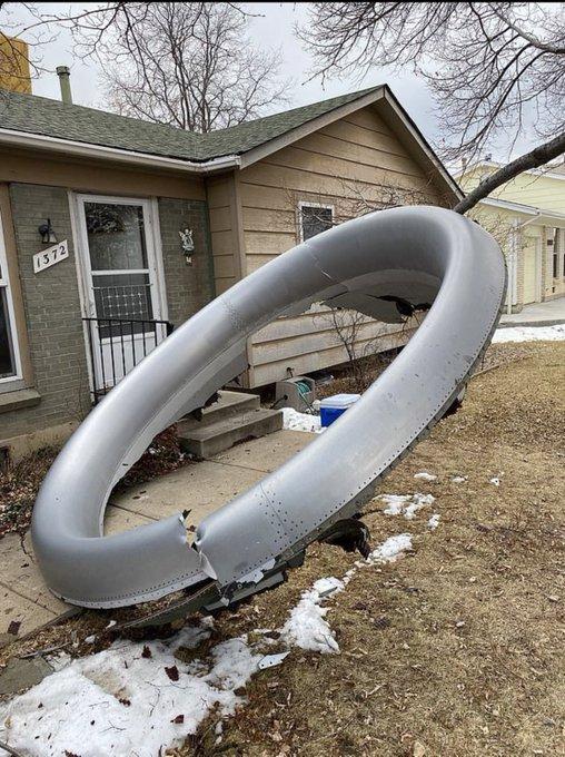 发动机炸出的部件直接掉落在民居庭院之中,所幸无人伤亡